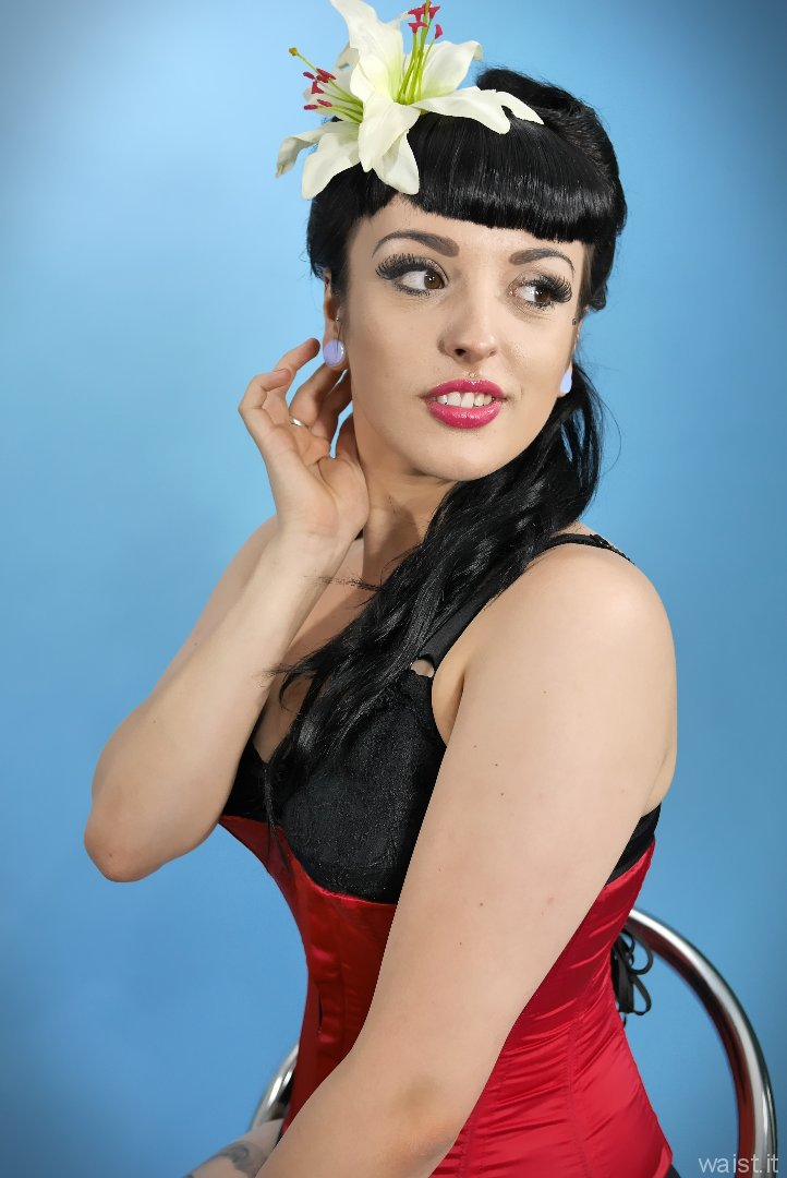 2015-07-05 HollieRebecca black girdle and red Vollers overbust corset