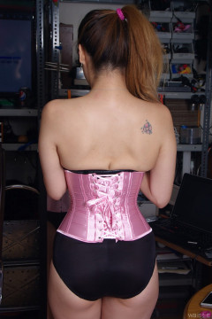 2015-09-13 Laura Toy candid shot: tiny waist and shapely bottom, rear view
