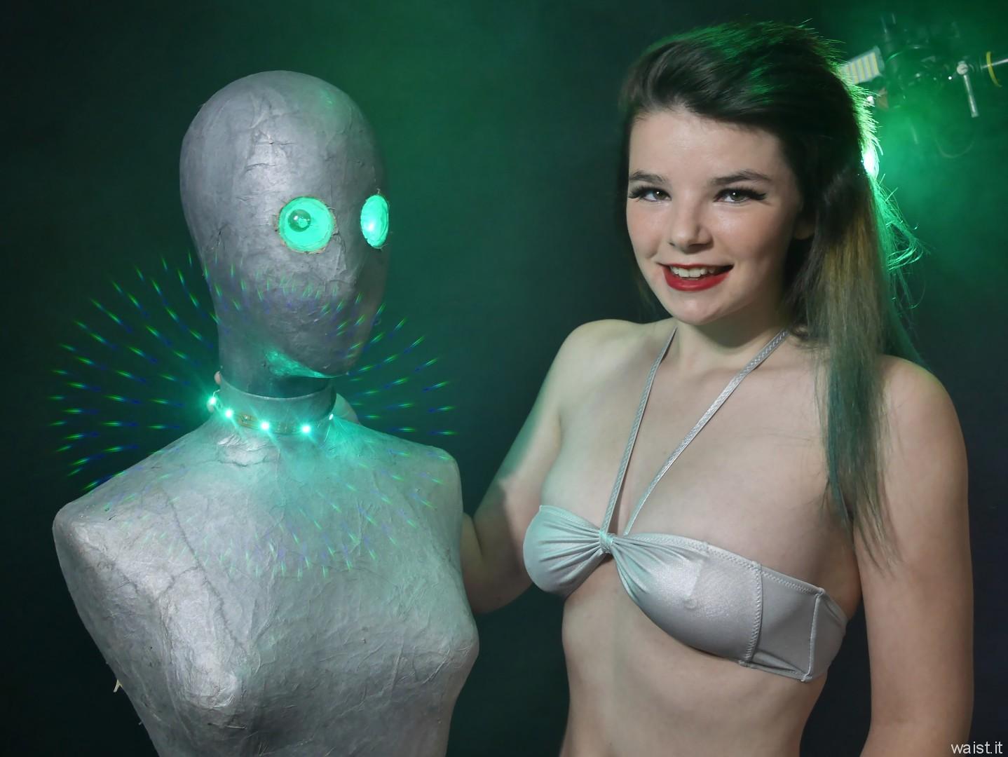 2016-10-09 - Ronniee in tiny silver bikini