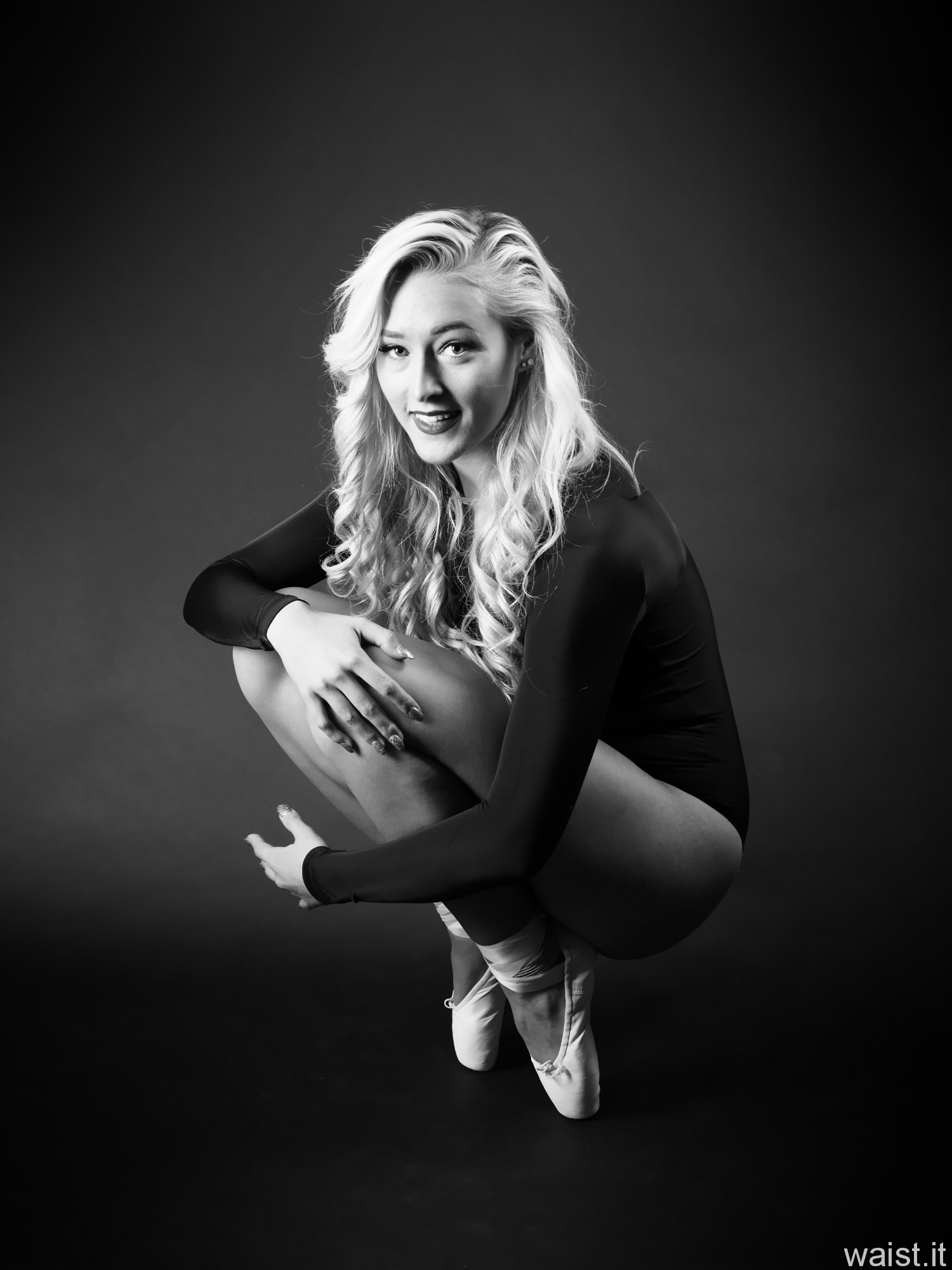 2016-11-06 Fleur in pointe shoes and black leotard monochrome