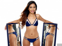 2017-09-18 Faranas mirror-shot in small blue and white bikini