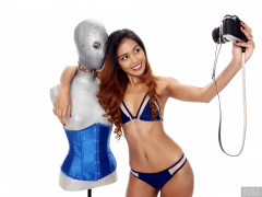 2017-09-18 Faranas in small blue and white bikini, with Melissa the Droid