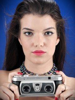2017-10-15 Chloe Michelle headshot holding Wray Stereographic camera.