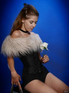 2018-07-25 Twinklenose, in tightly-laced black underbust corset worn over black bra and black pantie girdle, worn as hotpants