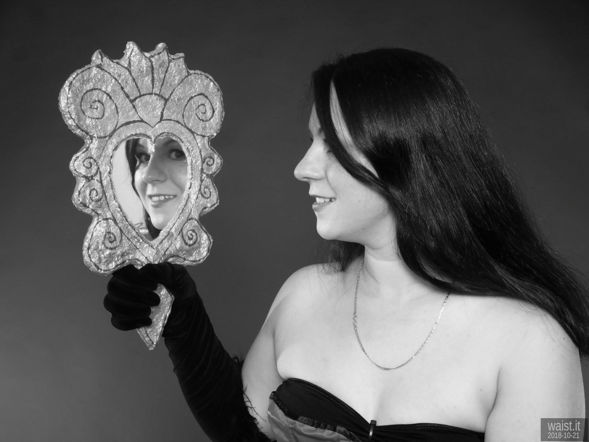 2018-10-21 Darya (DaryaM) head shot with mirror