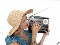 2019-09-07 VZ-Retro - summery look - listing to Roamer 10 multiband radio, wearing large straw hat and her own blue flowery dress