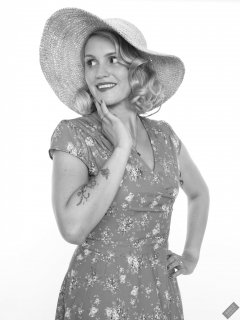 2019-09-07 VZ-Retro - summery look - wearing large straw hat and her own blue flowery dress