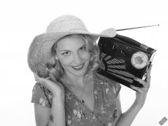2019-09-07 VZ-Retro - summery look - listening to Roamer 10 multiband radio, wearing large straw hat and her own blue flowery dress