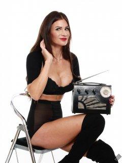 2020-03-08 LisaAnne with vintage Radio Exchange Roamer Ten multiband receiver