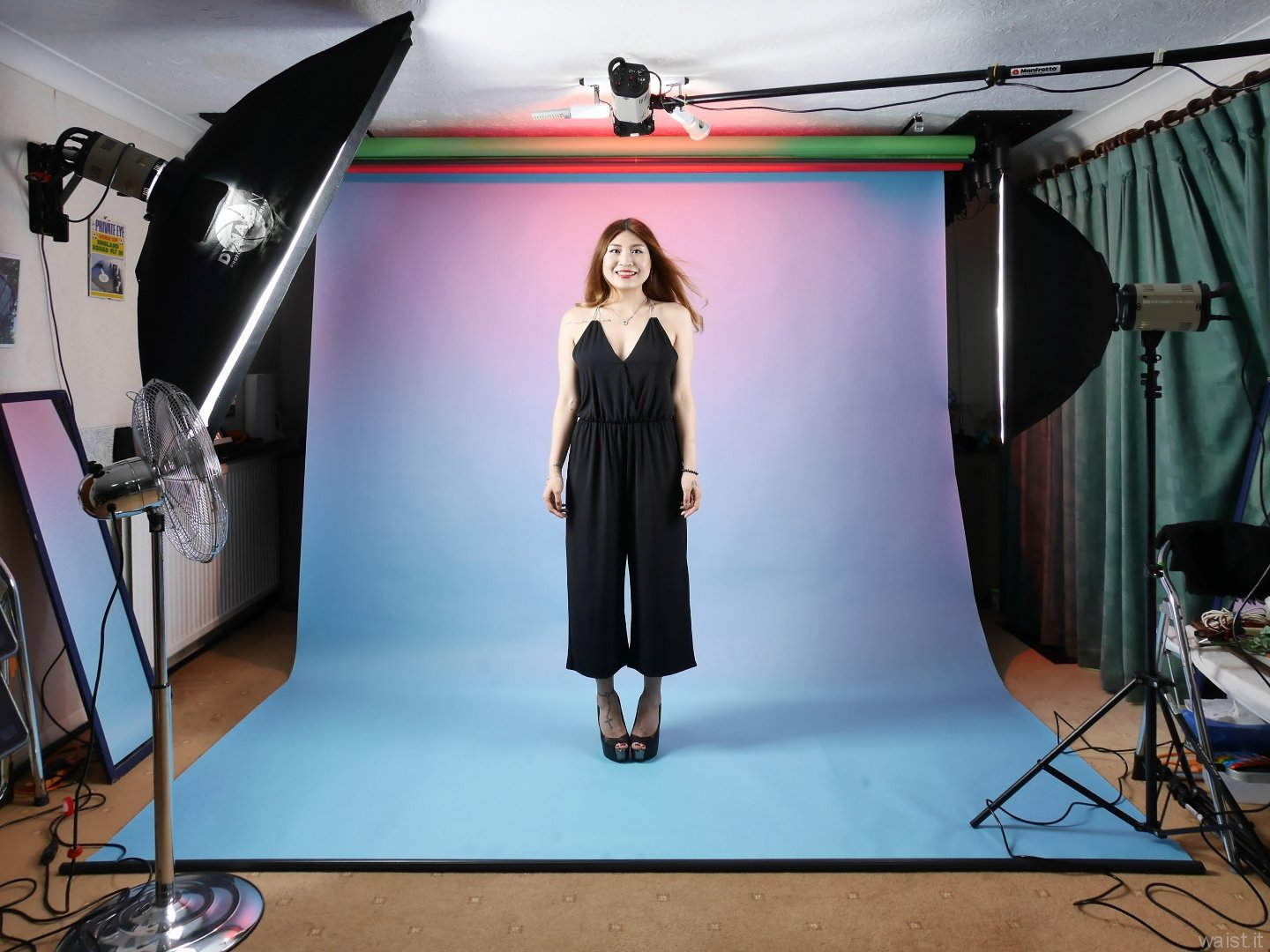2015-08-03 Laura Toy as she arrived, studio long-shot