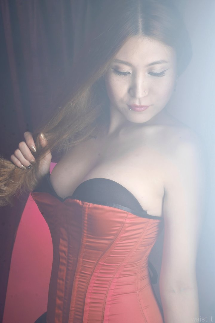 2015-08-03 Laura Toy black Miraclesuit and red Vollers corset, demonstrating soft-box back-lighting